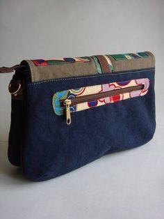 Esta bolsa possui divisória e alça removível. Pode se transformar em  carteira 72357fe3ca7