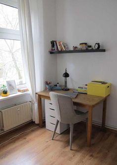 Schlichter Arbeitsplatz In Berliner WG Zimmer Mit Schreibtisch Und  Bücherboard. WG Zimmer In