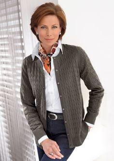Un fin tricot à tresses, soigneusement diminué, avec des bords en côtes aux manches et au bas compose ce cardigan.