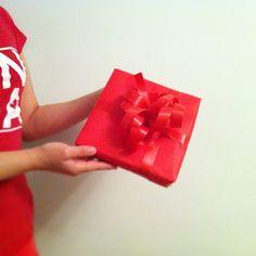 В самом начале, когда мы оборачивали свои первые подарки, во время фотосъемки, по какой-то случайности, майка нашей модели совпадала с цветом выбранной бумаги для подарка. Это конечно мы заметили чуть погодя :)