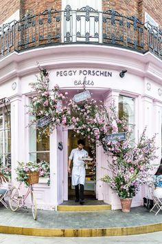 Peggy Porschen cafe and cake shop is one of the prettiest cafes in London. The f… Peggy Porschen Café and Confectionery is one of the most beautiful cafes in London. The flower-covered facade is beautiful. Oh The Places You'll Go, Great Places, Places To Travel, Beautiful Places, Places To Visit, Beautiful Flowers, Beautiful London, London Eye, London House