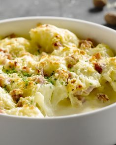 Een heerlijk comfortfood gerechtje, deze ovenschotel met gegratineerde bloemkool en ham. Serveer met gekookte of gestoomde aardappelen. Echte winterkost!