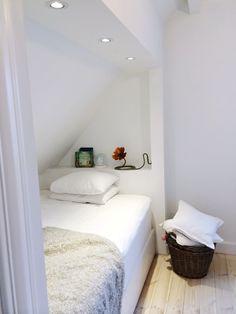 Albas rum – del I – Rebecca Pecci Attic Bedroom Decor, Attic Bedrooms, Bedroom Loft, Girls Bedroom, Bed Nook, Cozy Nook, Bunk Rooms, Loft Room, Attic Spaces