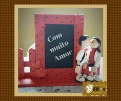 Porta-retrato em MDF e decorado em biscuit/porcelana fria, com corações e casalzinho infantilizado personalizado. www.facebook.com/gaiotto.atelier http://agaiotto.blogspot.com/ atelier.gaiotto@gmail.com F: (19) 3012-3588