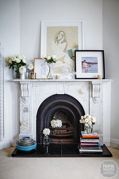 Inside the bohemian home of Samantha Wills Fireplace styling perfection! Love the eclectic mix of leaned art paired with the white rose arrangements, and stack of coffee table tomes on the hearth. Home Living, My Living Room, Living Room Decor, Living Area, Modern Living, Simple Living, Style At Home, Mantel Styling, Casa Milano
