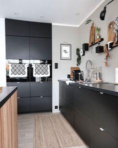 Ikea Kungsbacka antrasitt er en slitesterk kjøkkenfront i en mørk grå, nesten svart farge. Fronten har en moderne stil som er lett å like, ifølge Ikea. Interior Design Photography, Interior Design Tips, Interior Design Inspiration, Hacks, Nest, Kitchen Decor, Ikea, Bedroom Decor, Kitchen Cabinets