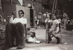 """Behind the Scenes """"Star Wars"""". Peter Mayhew (Chewbacca) and Kenny Baker Film Star Wars, Star Wars Cast, Harrison Ford, Famous Movies, Popular Movies, Cult Movies, Carrie Fisher, Chewbacca, Freddy Krueger"""