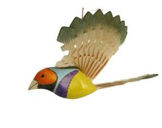 Tordo variado madera talla - tallada a mano y pintado a mano Fan pájaro móvil. Excelente regalo para los amantes de cumpleaños, aniversario, graduación y Ave.  Pájaro mítico encaja bien en cualquier interior, como el lago casa, cabaña o lodge. Ubicación cerca de la fuente de luz, volando le da encanto extra: los rayos pasan a través de las plumas más finas formando sombras complejas. El pájaro está hecho de madera de pino. El poder vivificador de madera de pino puro, manos calientes del…