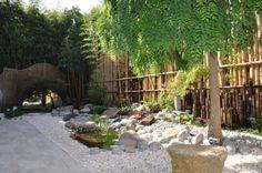 Feng Shui Garten gestalten sichschutzzaun-bambusstangen-steine