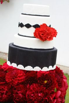 Preciosa tarta con claveles y blondas, en rojo, negro y blanco para una boda flamenca o andaluza. / Flamenco Wedding Cake