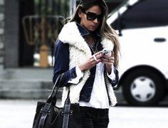 Belas e muito fashion usando colete de pelo