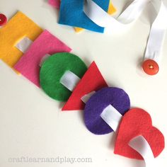 Simple way how to make button snake. This is great toy for practicing fine motor skills plus learning buttoning skills. Visit for tutorial. #montessori