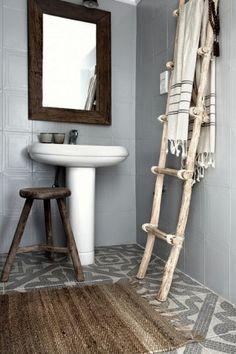 Badkamer grijs/wit/hout met mooie tegelvloer.
