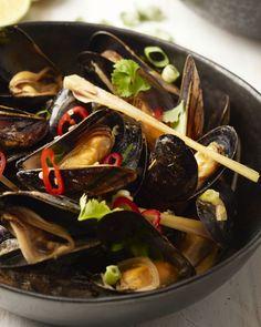 Mosselen zijn heerlijk gegaard is een soepje van Thaise rode curry en kokosmelk! Een verrassende originele en pittige variatie op mosselen! Dutch Recipes, Thai Recipes, Potato Recipes, Seafood Recipes, Asian Recipes, Great Recipes, Healthy Recipes, Clams Seafood, Seafood Pasta