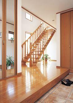二世帯住宅の玄関ホール。階段は2 階の子世帯に繋がっています。|デザイン|ナチュラル|