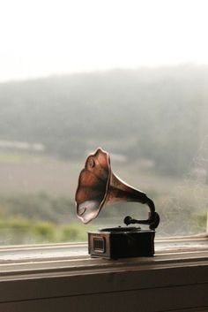 I may have never used, touched, or listened to this.I recognize it's a phonograph. I may be young years old) but I want to listen to at least one song (Beethoven, perhaps?) to a phonograph before I die Radios, Sound Of Music, Music Is Life, Cello, Pub Radio, Message Vocal, Francis Wolff, Mundo Musical, Record Players