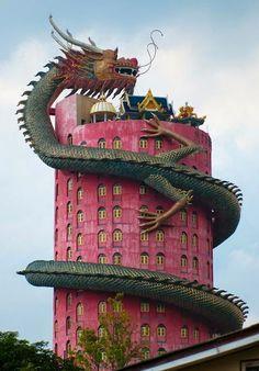 Kaum zu  glauben,  dass es ein echtes Gebäude ist:  The Dragon Building in Wat Samphran - Thailand