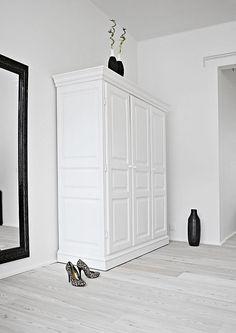 black-white-duplex-interior-design-wardrobe
