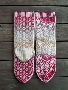 Knitting Patterns Mittens Night Toys, instruction from Snow Karmitsan book Wild boots and invaded woolen wool. Double Knitting Patterns, Knitted Mittens Pattern, Knit Mittens, Knitting Stitches, Knitting Socks, Hand Knitting, Crochet Patterns, Knit Socks, Norwegian Knitting