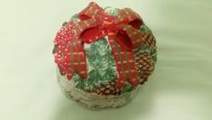 Small Christmas porcelain jewel case decorated with an embossed ribbon or just put it on your table and fill it with small Christmas treats. Christmas Bulbs, Arts And Crafts, Unique Jewelry, Holiday Decor, Handmade Gifts, Etsy, Vintage, Home Decor, Kid Craft Gifts