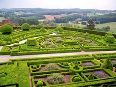 Les abords du château de Hautefort sont soulignés par des broderies de buis, des parterres bas ponctués d'arbustes taillés et d'allées rythmées de sculptures végétales… La particularité de ce jardin s'affirme par la présence des fleurs qui chaque année colorent différemment les parterres de buis.