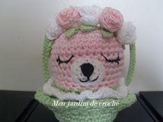 Esta é uma sugestão de lembrancinha de aniversário ou decoração para quarto de criança. É uma cestinha com uma ursinha enfei...