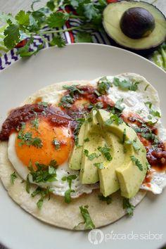 Mi versión fácil y saludable de los deliciosos huevos rancheros o huevos estrellados sobre tortilla y acompañados con salsa y frijoles.