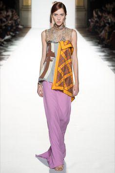 Guarda la sfilata di moda Dries Van Noten a Parigi e scopri la collezione di abiti e accessori per la stagione Collezioni Primavera Estate 2018.