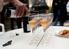 """""""Mis vinos no son vinos para tomar en la piscina..."""" Dice textualmente Pierre Cheval Gatinois. Su porcentaje 90% Pinot Noir. y 10% Chardonnay. en todos sus vinos excepto en el Coteaux Rouge evidentemente, y el rosado que son 100% Pinot Noir. Pinot Noir, Alcoholic Drinks, Champagne, Tableware, Food, Wine, Alcoholic Beverages, Dinnerware, Meal"""