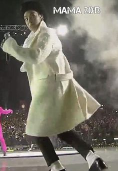 MAMA 2013 TOP and his robe. Ok, it's a coat... But it srsly looks like a robe.