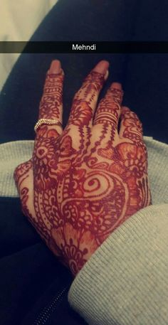 Muslim Girls Photos, Stylish Girls Photos, Sad Girl Photography, Hand Photography, Cool Girl Pictures, Hand Pictures, Prity Girl, Mehndi Style, Snapchat Picture