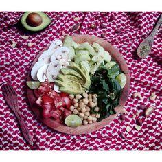 Ensalada del día ✌ jitomate, garbanzos, aguacate, espinaca, champiñones, aceite de ajonjolí, orégano, nueces, almendras & avellanas. (Tomato, chickpeas, avocado, spinach, mushroom, sesame oil, oregano, nuts, almonds & hazelnuts) #salad #saladoftheday