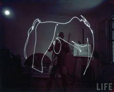 "digbicks: "" Pablo Picasso light painting in Photography by Gjon Mili for LIFE magazine. Desenhos Pablo Picasso, Pablo Picasso Drawings, Picasso Light Painting, Picasso Paintings, Picasso Art, Painting Art, Gjon Mili, Guernica, Iconic Photos"