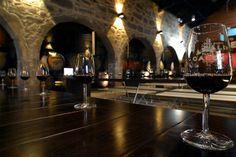 O Porto foi considerado um dos 10 melhores destinos mundiais para beber vinho. Venha conhecer uma das razões para a eleição numa visita às caves que guardam os mais antigos vinhos do Porto e experimentar os melhores!
