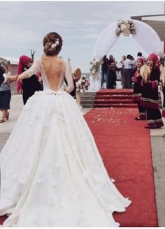 I'm in ❤️ with this backless wedding dress!