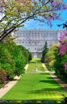 Jardines Campo del Moro, con el Palacio  Real  al fondo