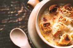 A világ egyik legfinomabb levese a francia hagymaleves, mégis kevesen ismerik, és még kevesebben állnak neki otthon elkészíteni. Pedig végtelenül egyszerű, nagyon gyorsan elkészül és alig kell hozzá valami, úgyhogy egy teljesen pénztárcabarát megoldás. Ha gyorsan szeretnétek…
