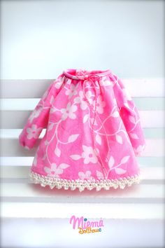 This dress is made by Miema Dollhouse and fits Blythe dolls, Dal doll, Licca, Azone and other dolls with the same body size.1/6 doll (22-25 cm body)