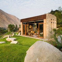 marina vella arquitectos uses stone and adobe to build chontay house in peru Modern Exterior, Exterior Design, Adobe House, Natural Building, Village Houses, Stone Houses, Small House Design, Modern Architecture, Lima Peru
