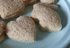 Cookie Cutter Sandwiches- My mom sometimes did this as a little surprise in my lunch. When we bring meals to families (new baby, illness, etc) we usually pack a few kid friendly options like PBJ sandwiches cut into shapes. They're always a pleaser! Toddler Sandwiches, Toddler Friendly Meals, Yummy Treats, Yummy Food, First Birthday Parties, Baby Birthday, Birthday Ideas, Toddler Lunches, Snack Recipes