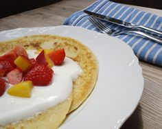 Sommer auf der Zunge: Frühstückspfannkuchen mit Erdbeeren.