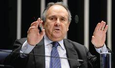 """O movimento """"UnB contra o golpe"""" emitiu nota com críticas ao senador Cristovam Buarque (PPS); o parlamentar já foi reitor da Universidade de Brasilia; """"Ele já manifestou voto..."""