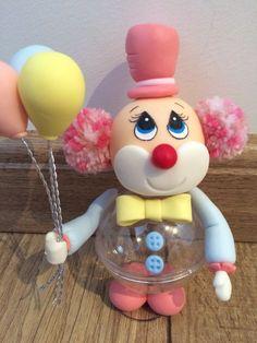 Centro de Mesa ou Lembrancinha Palhacinho na bola de acrílico, Faço na cor que desejar. 12cm de altura Clown Party, Circus Theme Party, Circus Birthday, Birthday Treats, Birthday Party Favors, Fondant Cake Designs, Carousel Party, Fantasy Party, Clay Jar