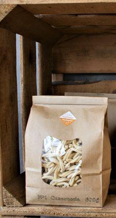 Bio Blockbodenbeutel aus braunem Kraftpapier. Eignet sich zum Abfüllen diverser loser Waren wie Tee, Gewürzen oder fein gekörntem und gemahlenem Füllgut. Da das Sichtenster sowie die Beschichtung aus Biofolie PLA hergestellt sind, ist der Blockbeutel vollständig biologisch abbaubar, jedoch für stark fettige und sehr aromatische Produkte nicht geeignet.