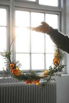 DIY: Julkrans med torkade apelsinskivor - Trendenser - Food for thought Minimalist Christmas, Nordic Christmas, Natural Christmas, Christmas Mood, Noel Christmas, Simple Christmas, Christmas Wreaths, Christmas Crafts, Christmas Makeup