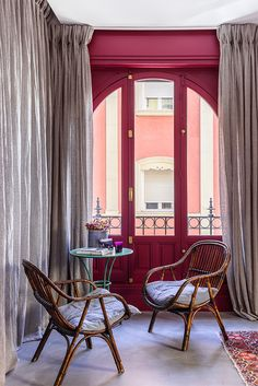 Piso ecléctico en Madrid - Decoratualma Estilo Interior, Interior Styling, Cafe Restaurant, Interior Design Inspiration, Window Treatments, Rattan, House Design, Windows, Curtains
