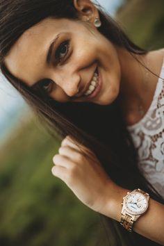 V samom srdci južného Tirolska spája značka LAiMER pri výrobe svojich módnych kúskov ochranu životného prostredia a nové trendy.  Hodinky Kora, to je športový, no zároveň stále veľmi štýlovo a elegantne vyzerajúci kúsok pre ženy. Neprehliadnuteľné kryštáliky Swarovski, ktoré sa vynímajú po obvode puzdra hodiniek a perleťový ciferník dodávajú týmto hodinkám obzvlášť ženský vzhľad. Krásna štruktúra dreva Zebrano a ružovo-zlatá farba chirurgickej ocele spolu dokonale ladia.  #women #drevenehodinky Engagement Rings, Jewelry, Fashion, Enagement Rings, Moda, Wedding Rings, Jewlery, Jewerly, Fashion Styles