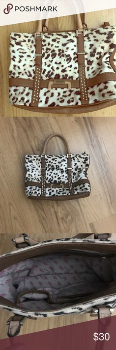 Guess purse super cute!! Guess purse not to small or too big❤️ just was recently bought willing to compromise on a price so make an offer you can also do a bundle if you like more of my things from my closet Guess Bags Shoulder Bags