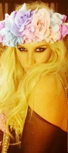 Kesha's hair with the flower crown is gorgeous. I love flower crowns so much. They are so sweet.
