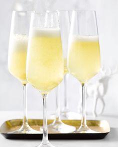De mango bellini is een feestelijke cocktail op basis van champagne. Lekker, exotisch en oh zo makkelijk. Perfect voor een warme zomerdag.